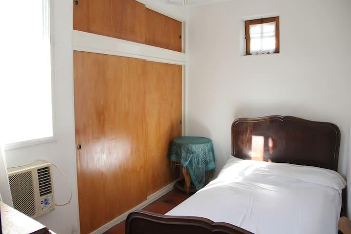 Habitación con escritorio y baño en suite