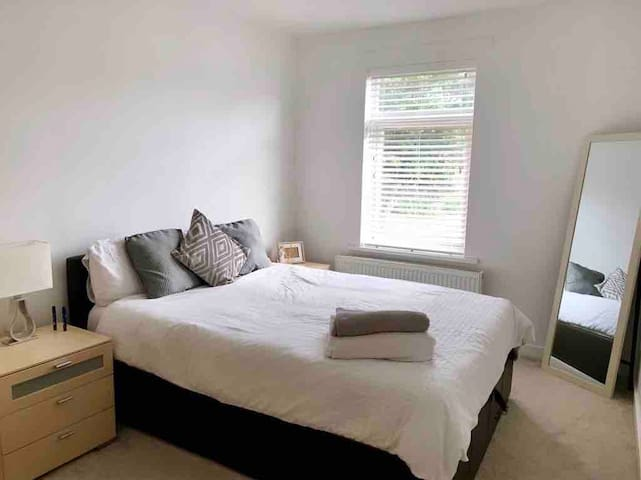 Double Room in Quiet Square- great transport links