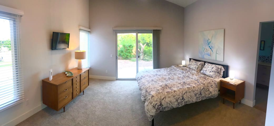 South Master suite  - King Bed, memory foam mattress, wall mounted TV, midcentury dresser and night stands, private wing of house, high ceiling, sliding door to back yard.