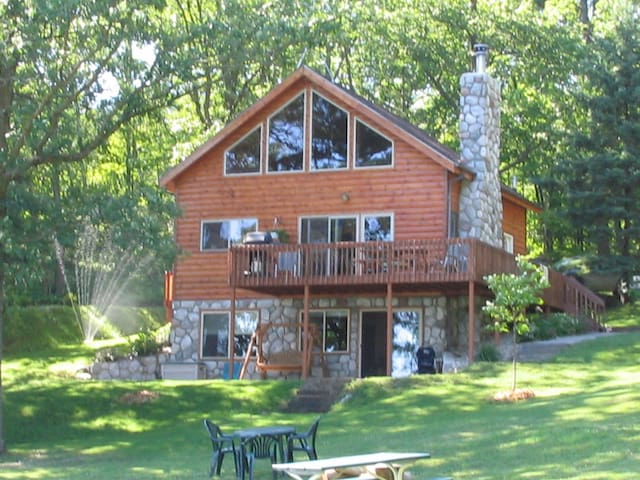 4 BR 3 level Cabin on a clear, quiet Lake