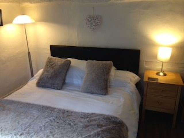 Cosy double country cottage Gatwick/London nearby