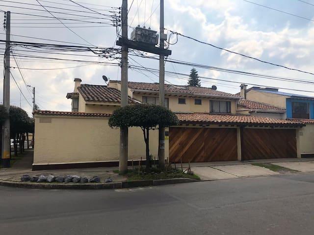 Habitación en casa familiar-ambiente colombiano.