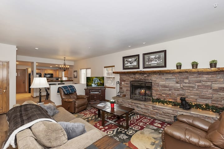 Summit Mountain Getaway: Upscale Town Home at the Base of Snow Summit! Garage Parking!