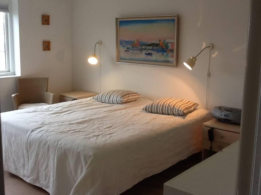 Dejlig stort soveværelse med gode elevationsmadrasser