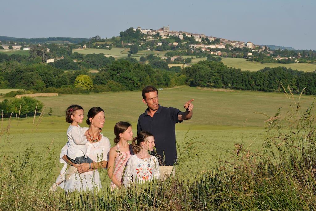 Vue sur le village de Monflanquin perchée à la hauteur et ces collines autour.