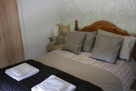 Chez Gondat - Chambre des Arbres - Saint-Martial-sur-Isop