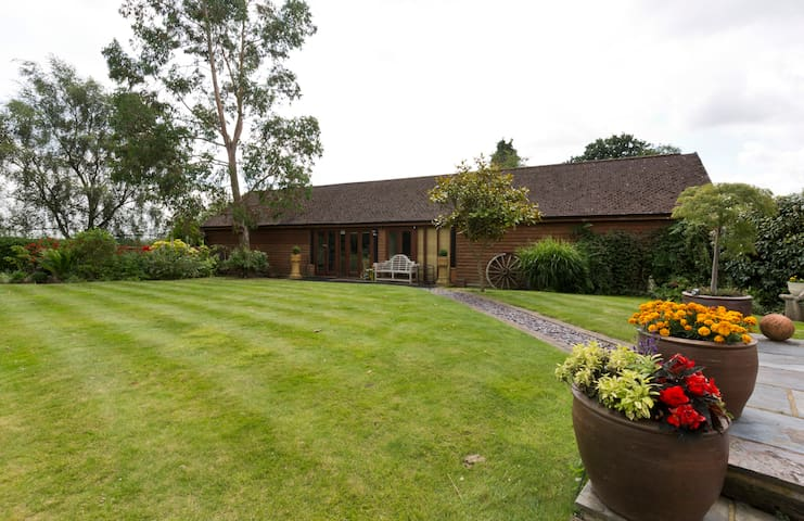 Beautiful  barn conversion - Pyrford