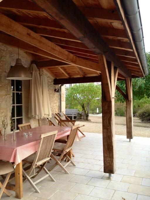 La terrasse couverte de la maison La Bouchonnière (6 pers).