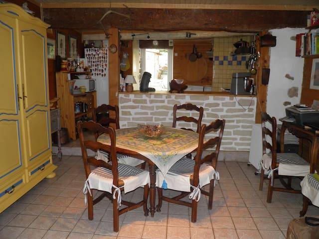 petite maison de village avec patio - Sarrians