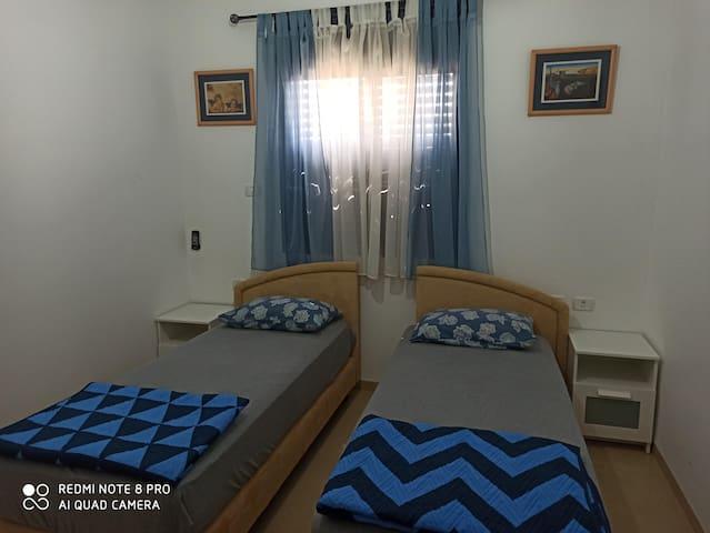 חדר שינה שתי מיטות יחיד