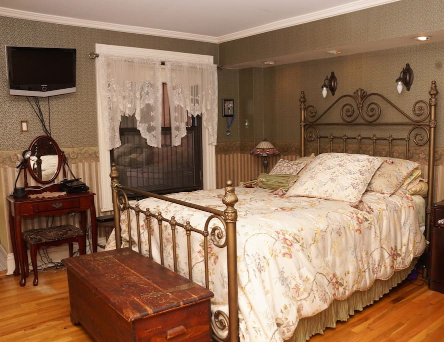 Mstr Bedroom with Queen size bed. Also has laundry room with washer/dryer and garden access