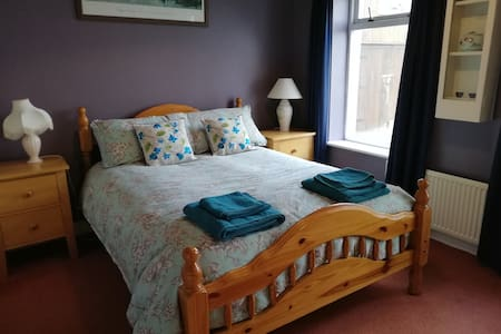 B&B, en-suite, close to Glendalough, bedroom 1.