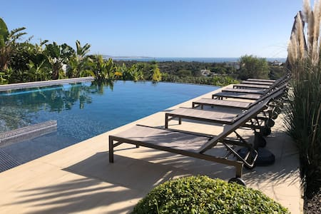 Ocean View 4 bdrm villa- Fibre Wifi & heated pool