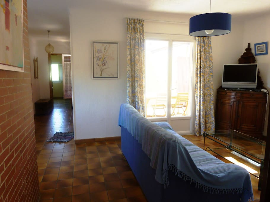 le salon avec vue sur la chambre jaune