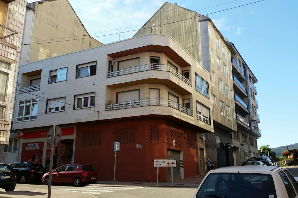 Segundo piso: terraza y dos ventanas a los lados