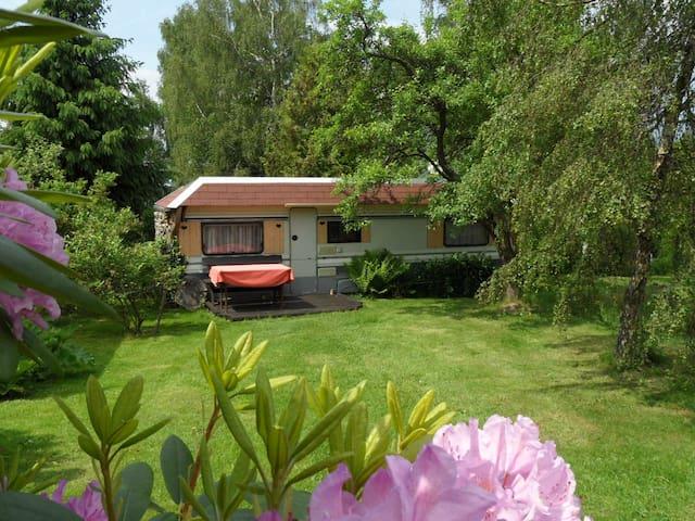 Wohnwagen als Ferienhaus am Wald