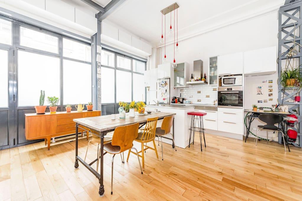 Salon et cuisine ouverte dans un veritable puis de lumiere