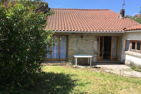 Petite maison pleine de charme et d'authenticité - la Boissière, Bourcia - Rumah