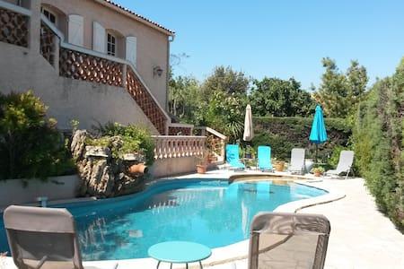 Villa pour 6 personnes, piscine, vue magnifique. - Taradeau - Villa