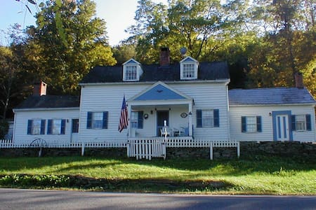 Historic Homestead @ Delaware River - Cochecton