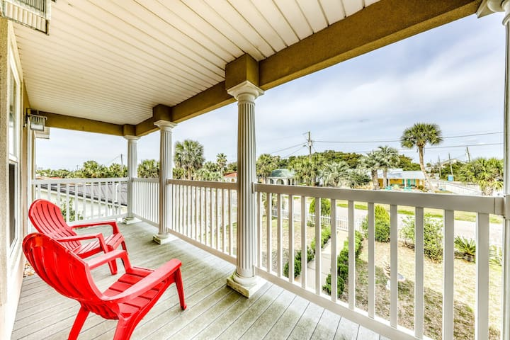 Family-friendly house 270ft to beach w/extensive balconies & plenty of space!