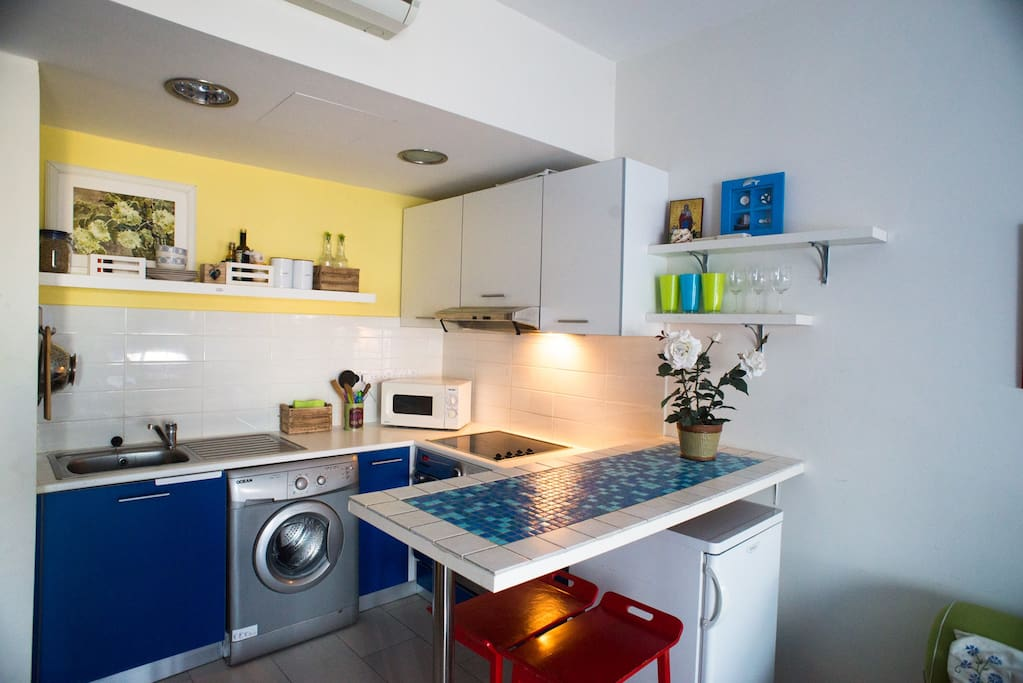 Kitchen with all appliances you need for a comfortable stay and a fancy breakfast bar