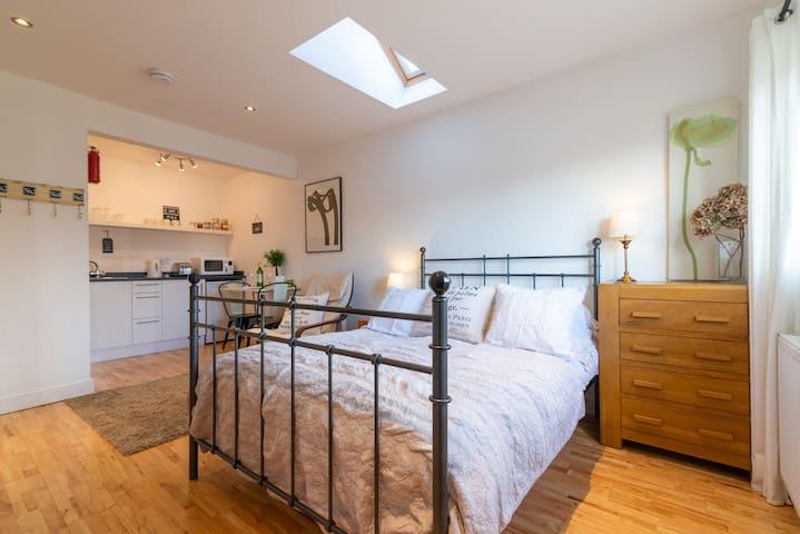 Cosy Bed - Richmond Studio Apartment