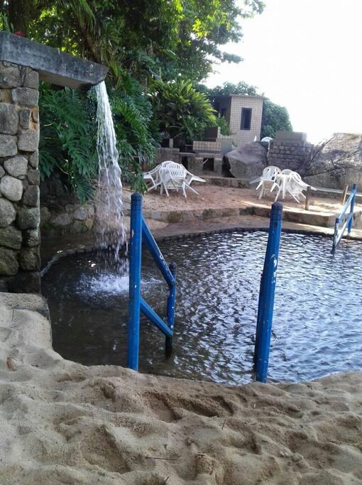 Piscina natural da praia com água da nascente