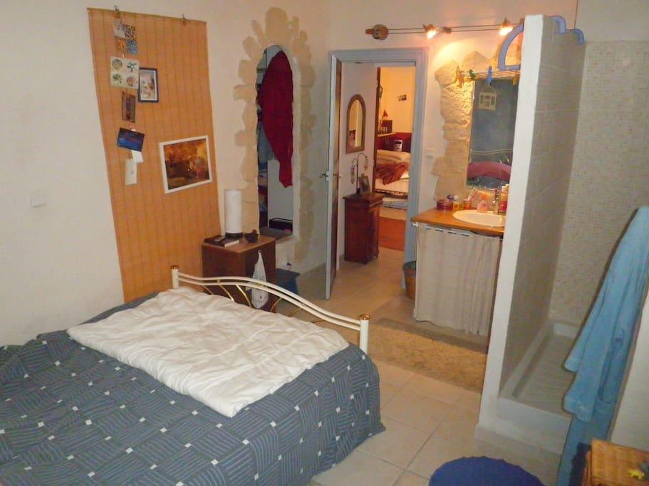 Dernier étage 2 chambres, chacune avec douche et lavabo + un WC