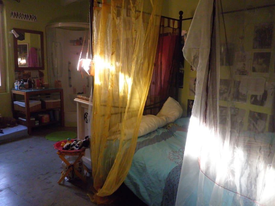 1er étage chambre avec douche et lavabo lit à baldaquins