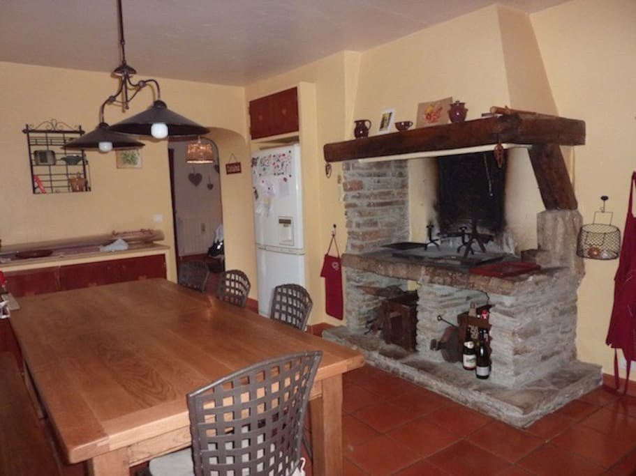 Cuisine avec frigo americaine, cheminee ouverte, plans de travail marbre, four, lave-vaisselle, etc. etc,