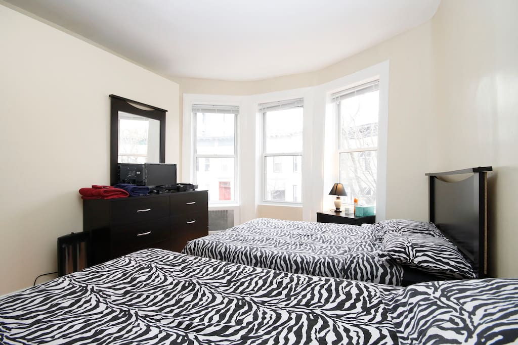 Master Room - Full size bed, Night stand lamp, Dresser/Mirror, 2 Spacious Closets, A/C, Cable/TV & Wireless Internet, Room Door W/Lock