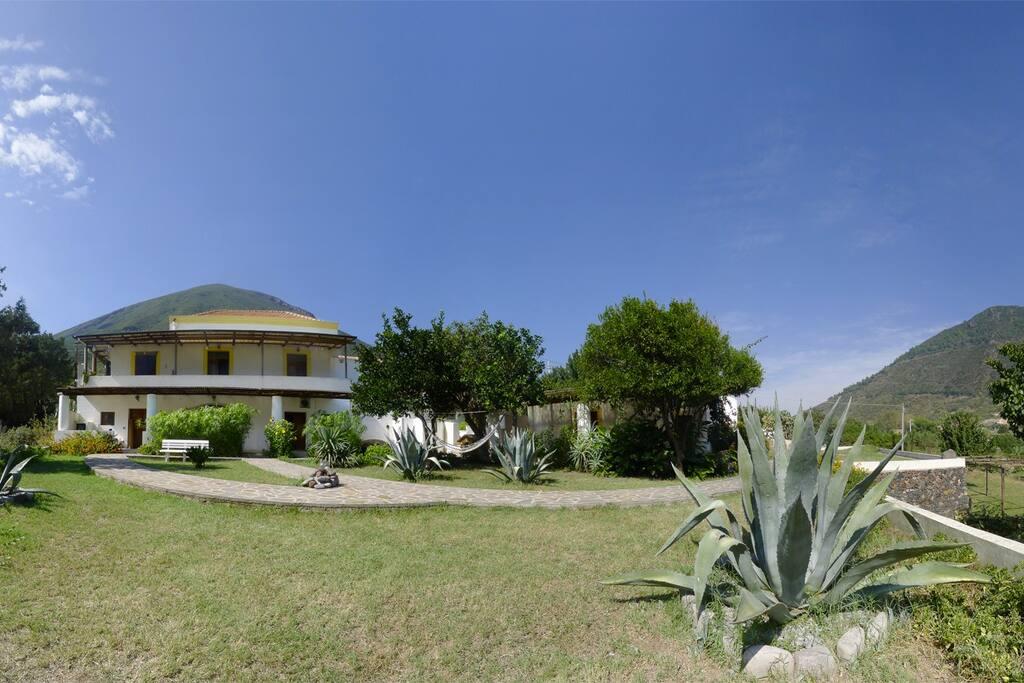 Appartamenti a salina isole eolie case vacanze in for Appartamenti sicilia