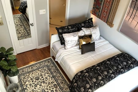 MIDTOWN Low Price! Private Room w Bath & Balcony