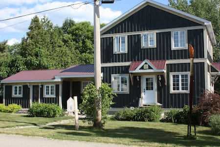 Beautiful House with Sunsets on the River in Town - Merrickville