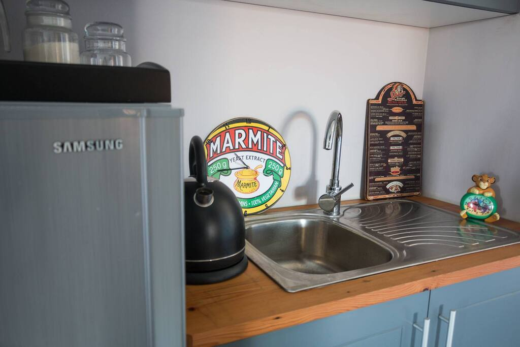 Kitchenette.. Own fridge, electric kettle, toaster, ice only bring your wine,