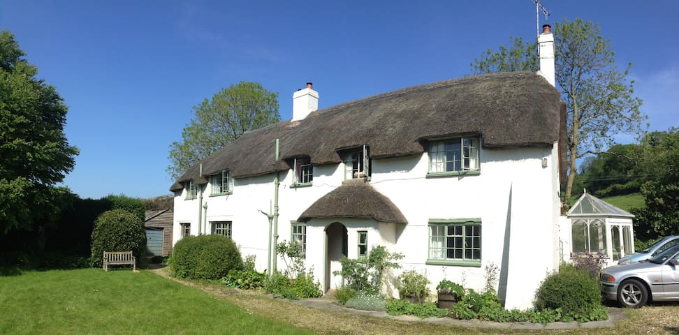 Pound House, idyllic English thatched cottage