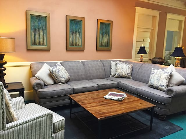 Unique Private Room Downtown with Two Beds