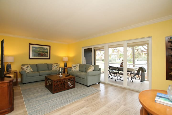 RENOVATED 2 BED MARATHON TOWNHOME - WALK TO BEACH!
