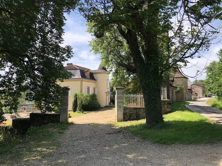 Maison de maître avec vue sur village classé