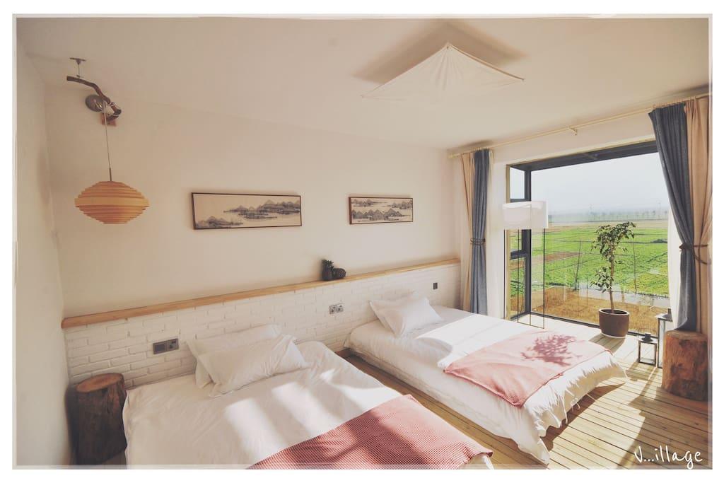 充满阳光的山景房间,五星级别的床品。