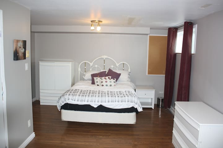 Sous-sol avec chambre, bureau et salle de bain - Saint-Constant - Andre