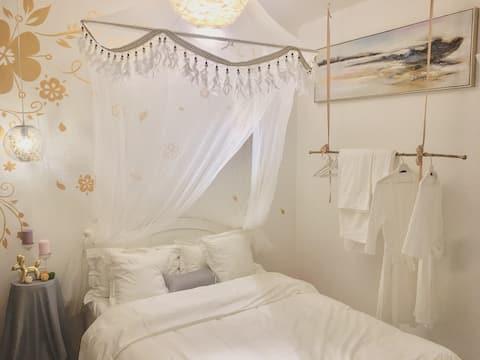 乐山大佛舌尖上的中国拍摄地浪漫大床房套二整租——木羽•白色羽毛少女的梦