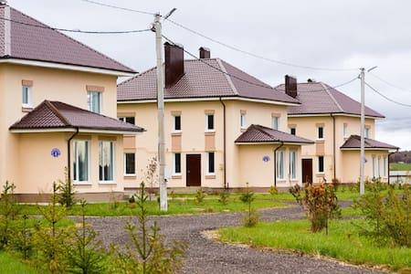 Стильные коттеджи вблизи  Сорочан - Huis