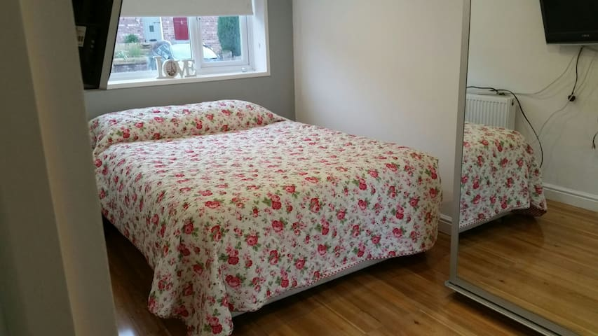Charming room in Timperley! - Timperley