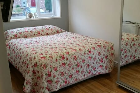 Charming room in Timperley room 1