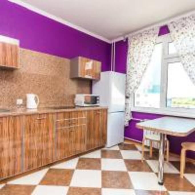 На кухне новый кухонный гарнитур, сенсорная эл. плита, холодильник, свч, электрочайник, полный набор посуды.