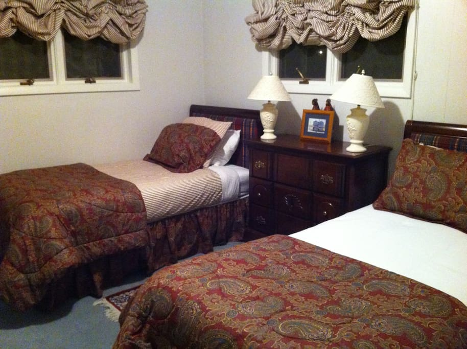 Twin bedroom in a very quiet, cool location of the home