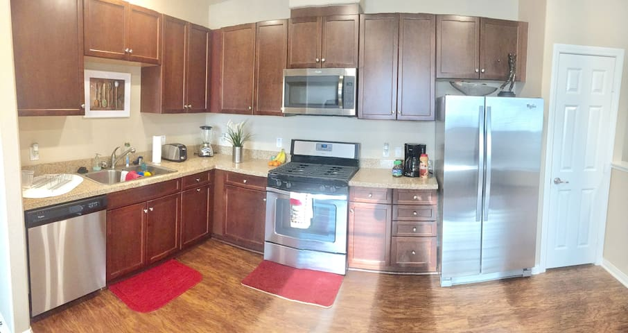 Super Clean and Spacious New 2 bed and 2 bath unit - Chino - Társasház