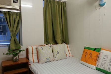 Located in the heart of Tsim Sha Tsui, Hong Kong, easy access to public transport links, restaurants and popular attractions. The hotel provides air-conditioned rooms and free Wi-Fi, equipped with simple beds, a TV and feature an en suite bathroom.